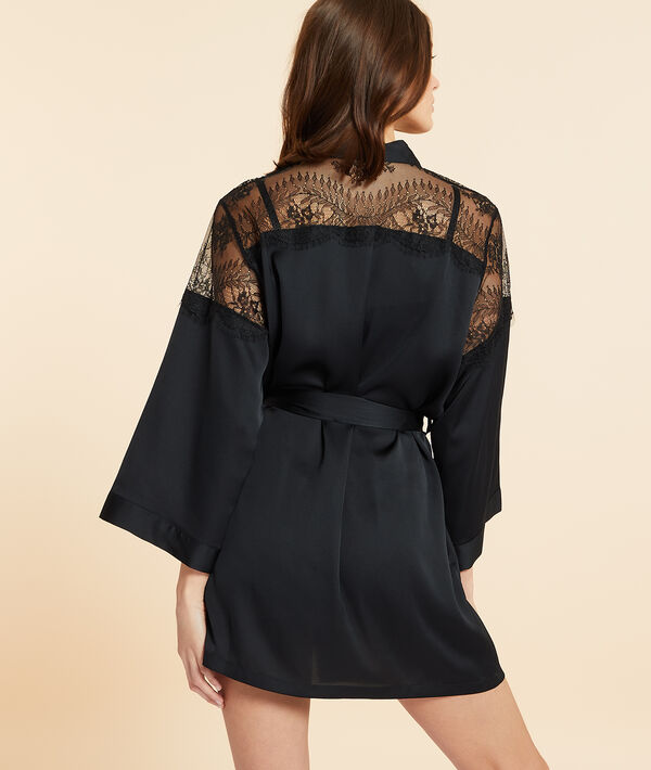 Seidig schimmerndes Kimono mit Details aus Spitze;${refinementColor}