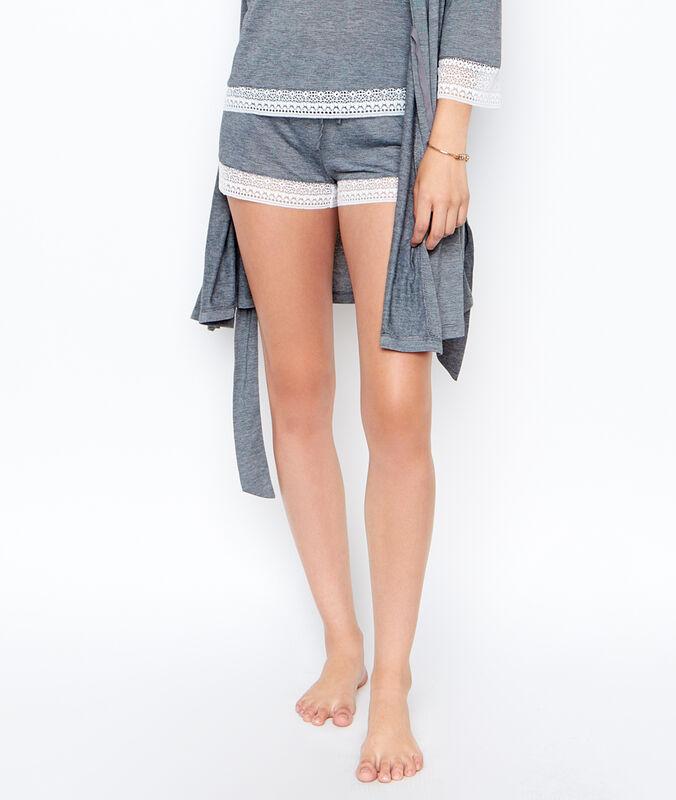 Shorts gris.