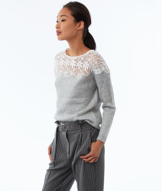 Pullover mit spitzeneinsatz hellgrau meliert.