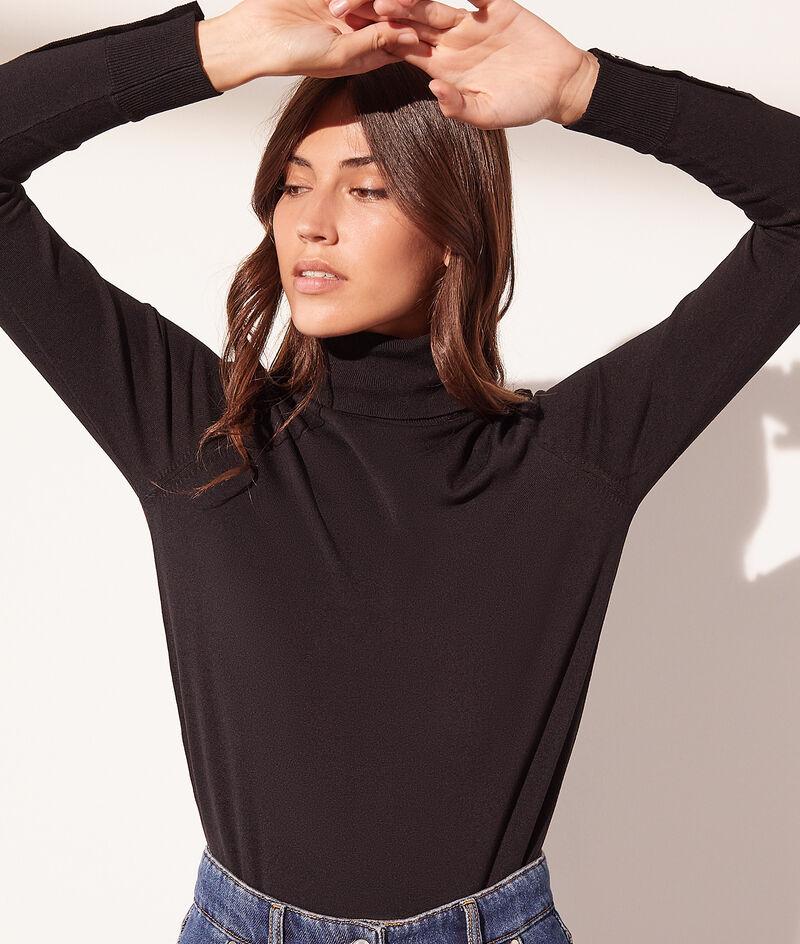 Pullover mit Rollkragen aus umweltfreundlichem Gewebe.