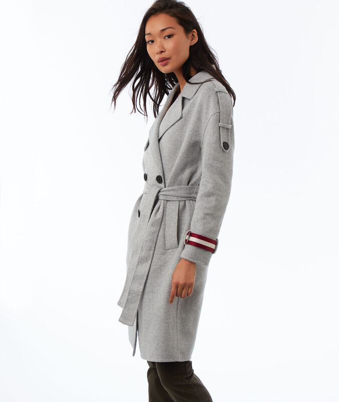 Manteau long ceinturé gris clair chiné.