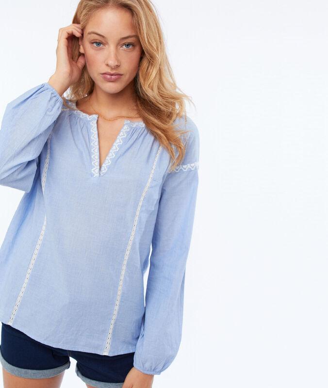 Bluse mit stickereien himmelblau.
